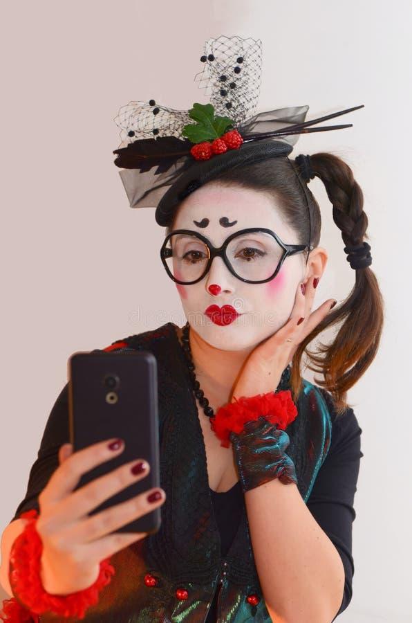 Beau pantomime de jeune fille, faisant le selfie images stock