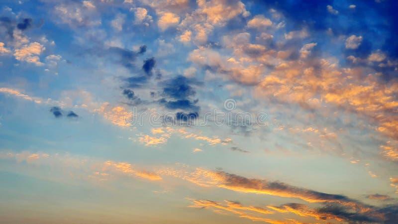 Beau papier peint orange bleu de ciel images stock