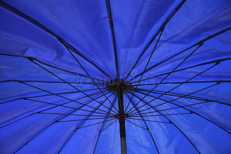 Beau parapluie bleu, art photos stock