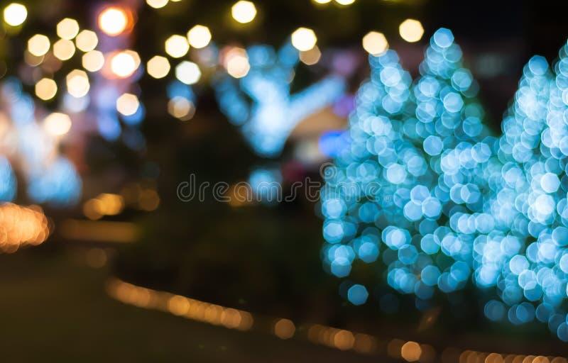 Beau parc d'arbre d'éclairage la nuit photo libre de droits