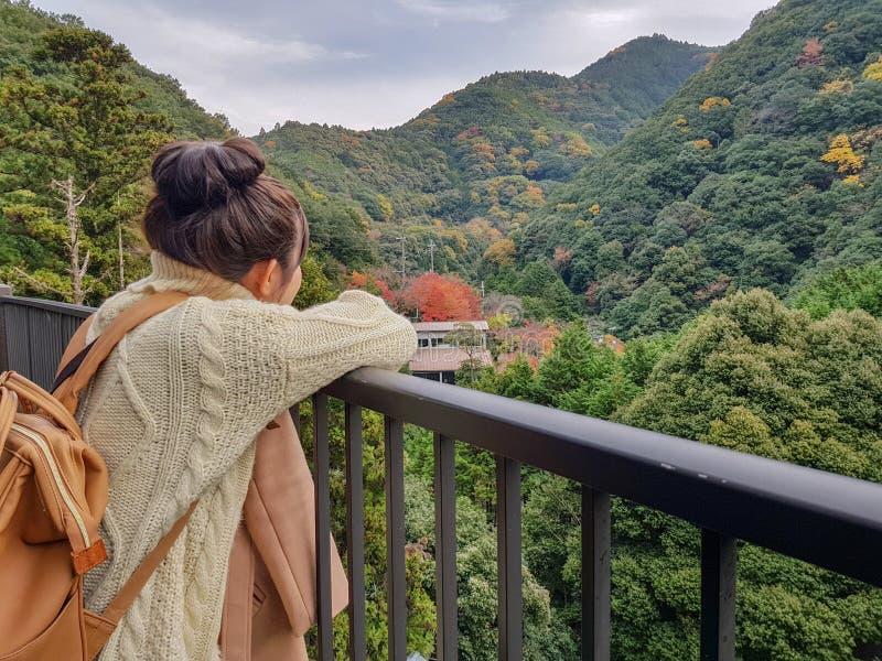 beau parc d'automne de regard de femme de l'Asie au Japon photos stock