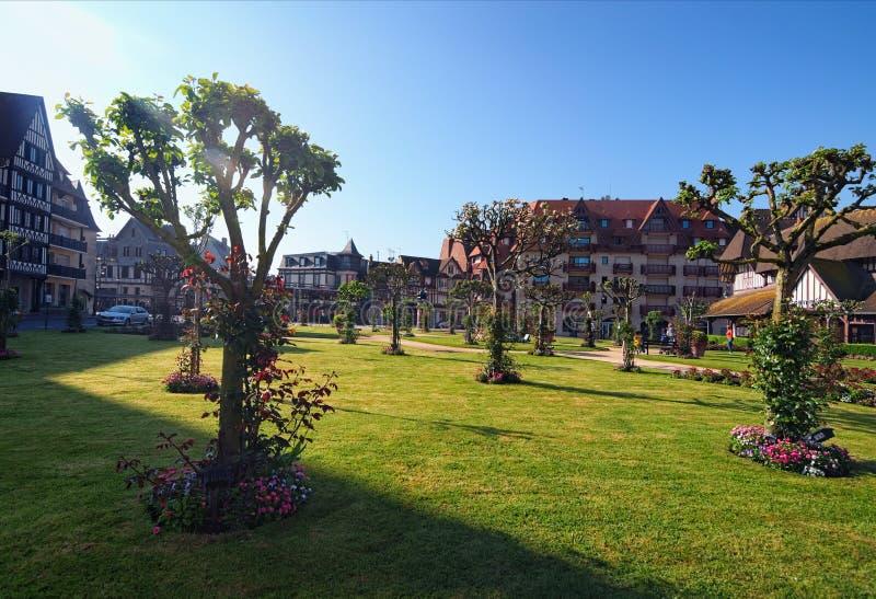 Beau parc de ville et bâtiment traditionnel autour de lui Département de Deauville, Calvados de la Normandie, France photographie stock libre de droits