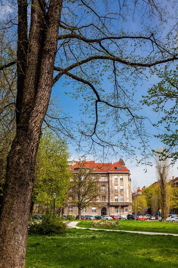 Beau parc et l'architecture des bâtiments autour de la place de République à Zagreb images libres de droits
