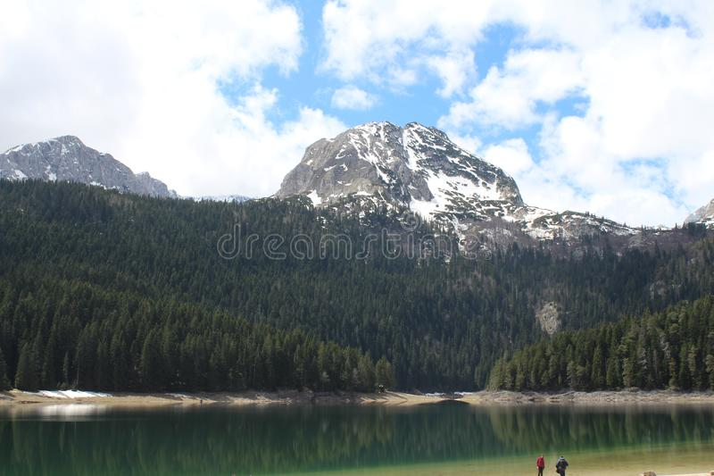 Beau parc national de Durmitor Cr?te de Meded, et lac noir, jezero de Crno, Zabljak photo libre de droits