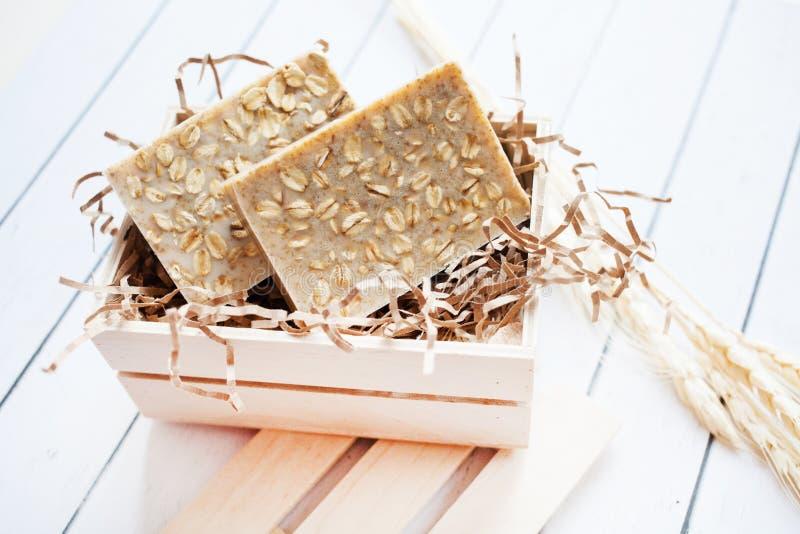 Beau, parfumé savon fait main avec de la céréale dans la position de boîte en bois sur un fond en bois photo libre de droits