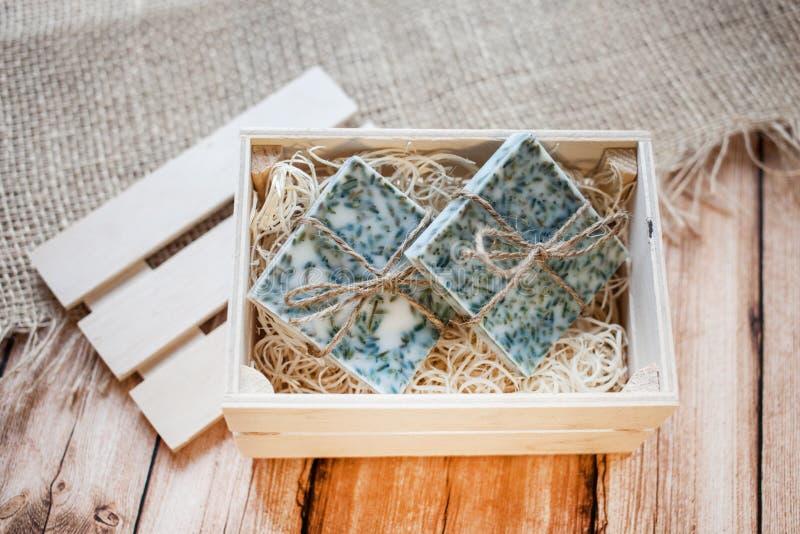beau, parfumé savon fait main dans la boîte en bois se tenant sur un fond en bois photos stock