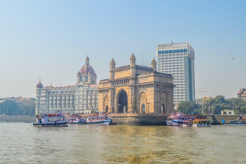Beau passage de l'Inde près de l'hôtel de Taj Palace sur le port de Mumbai avec beaucoup de jetées sur la Mer d'Oman photographie stock