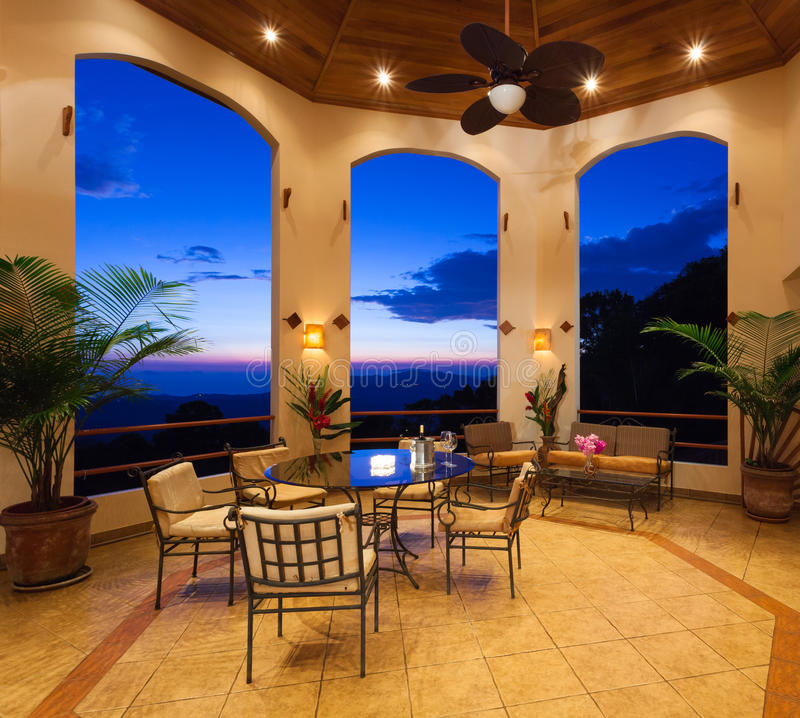 Beau patio au coucher du soleil photo stock