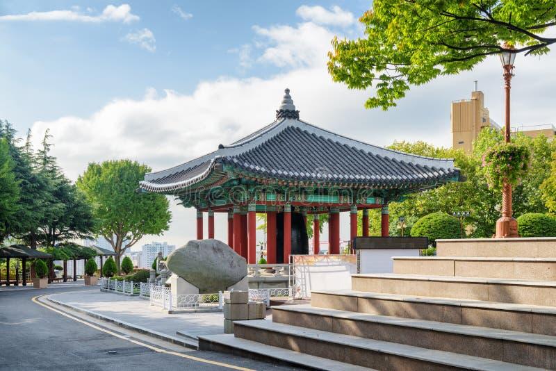 Beau pavillon de cloche au parc de Yongdusan, Busan, Corée du Sud photos libres de droits