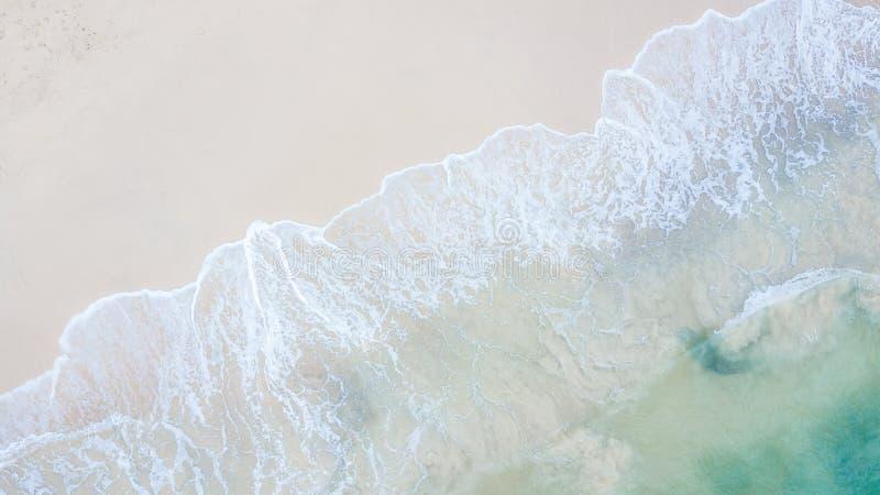 Beau paysage aérien, plage et vague de mer de vue supérieure avec le tur photos libres de droits