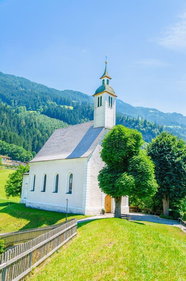 Beau paysage alpin avec l'église, Autriche photos stock