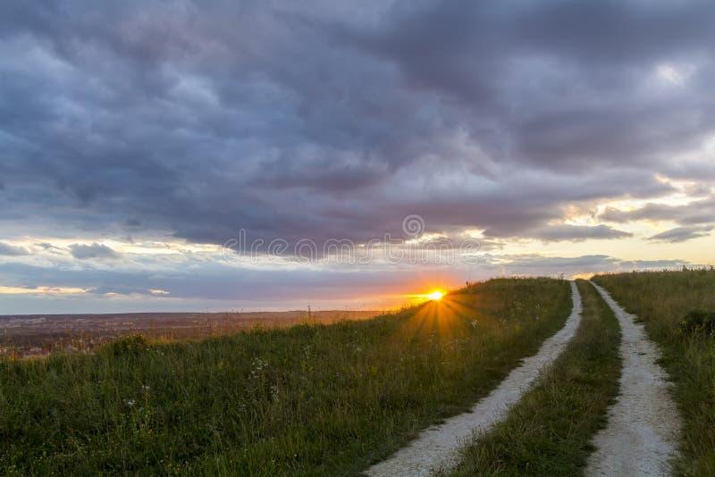Beau paysage au coucher du soleil ou au lever de soleil, streptocoque moulu étroit de route photos libres de droits