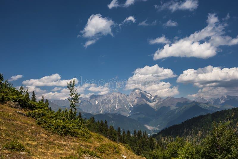 Beau paysage avec de hautes montagnes photo libre de droits