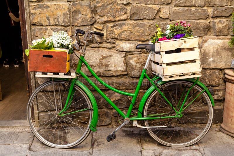 Décoration De Jardin Avec Un Vieux Vélo Photos Stock ...