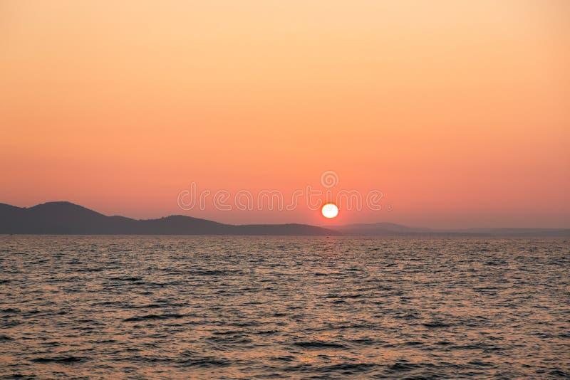 Download Beau Paysage Avec La Mer Et Les Nuages Photo stock - Image du rouge, horizon: 45353338