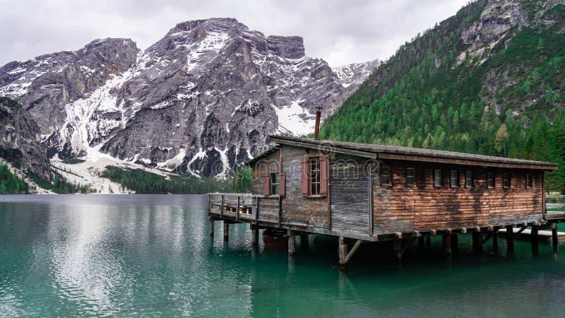 Beau paysage avec la vue de lac de montagne Hutte de lac Bries aux dolomites en Italie photo stock