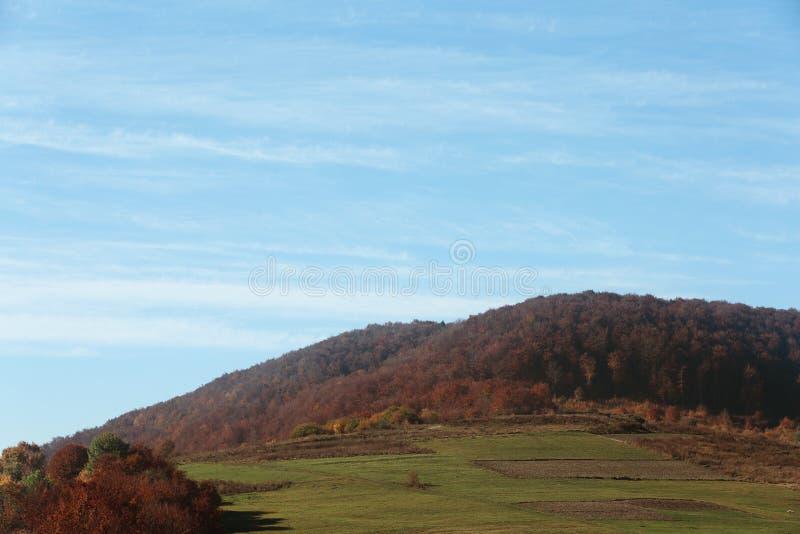 Beau paysage avec le ciel bleu au-dessus de la montagne image libre de droits