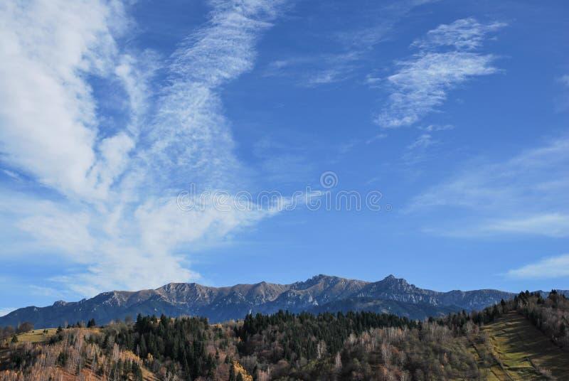 Beau paysage avec le ciel bleu dramatique Montagnes carpathiennes image stock