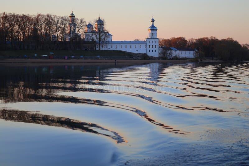 Beau paysage avec les églises russes dans Novgorod Russie photo stock