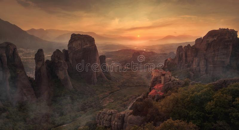 Beau paysage avec les roches et le monastère uniques là-dessus images libres de droits