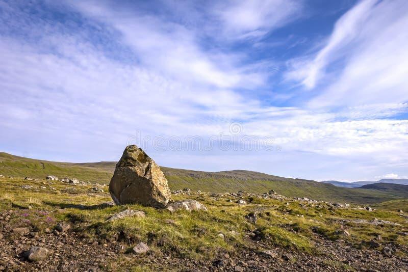 Beau paysage avec une grande pierre, les Iles Féroé photographie stock libre de droits