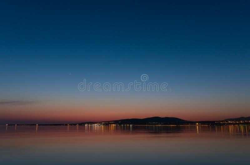 Beau paysage, côte de la mer Méditerranée et ville la nuit image stock
