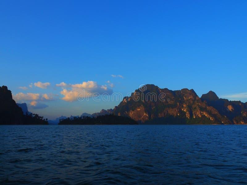 Beau paysage chez Chiao Lan Dam, Thaïlande images libres de droits
