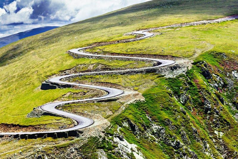 Beau paysage d'été avec la route de Transalpina image stock