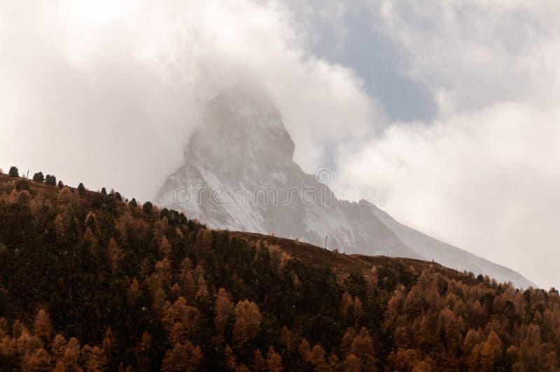 Beau paysage d'automne avec des nuages sur la crête de Matterhorn dans la région de Zermatt images stock