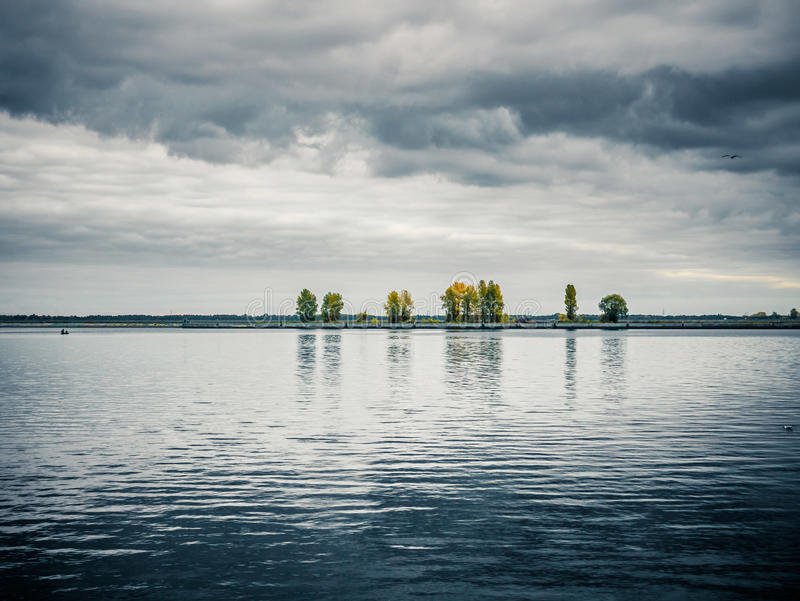 Beau paysage d'automne de réflexion lourde de ciel photographie stock libre de droits