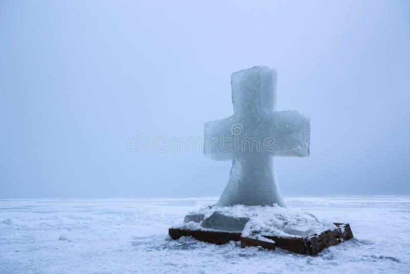 Beau paysage d'hiver avec la croix de glace sur la rivière congelée le matin brumeux II photographie stock
