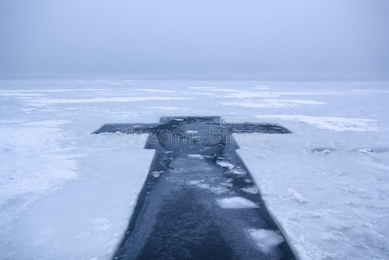 Beau paysage d'hiver avec la croix de glace sur la rivière congelée le matin brumeux III photographie stock