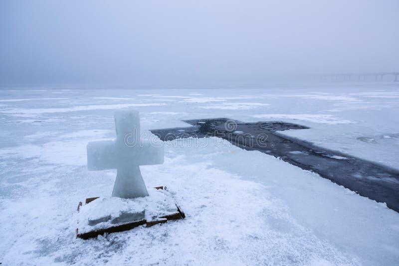 Beau paysage d'hiver avec la croix de glace sur la rivière congelée le matin brumeux IV photos stock