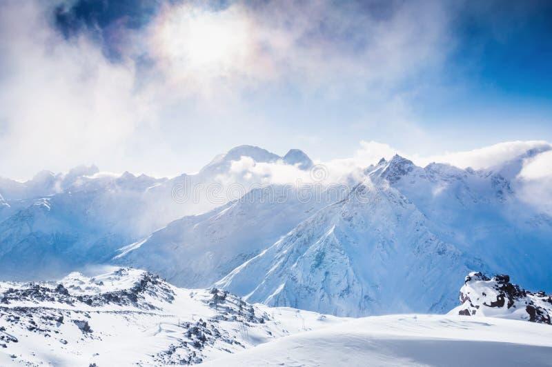 Beau paysage d'hiver avec les montagnes couvertes de neige photos libres de droits