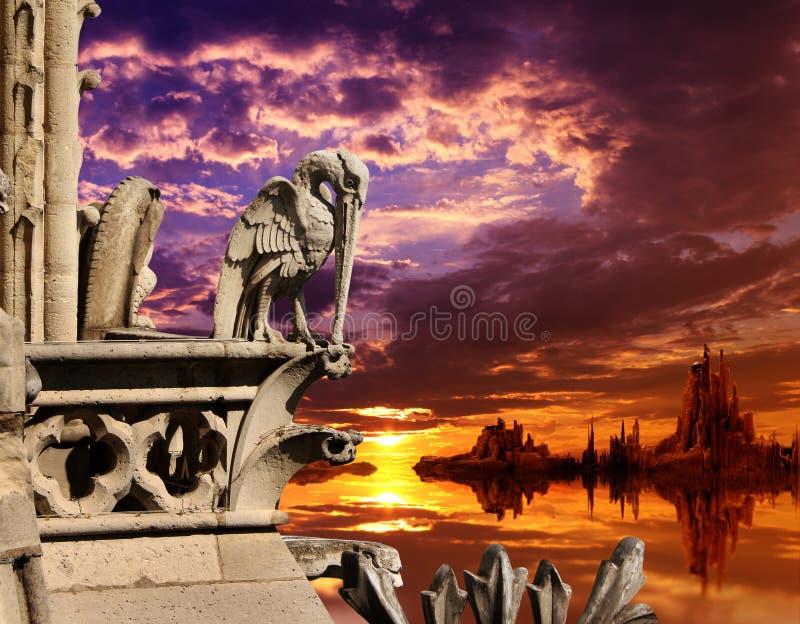 Beau paysage d'imagination avec la vieille statue en pierre du pélican image stock