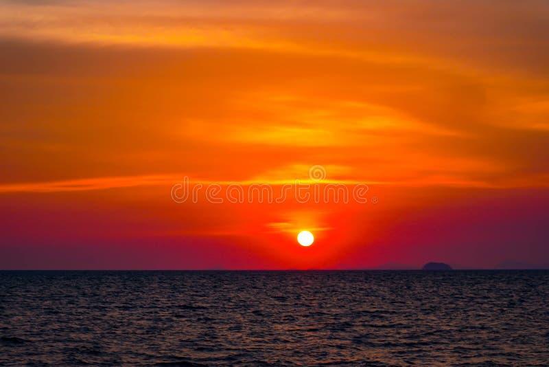 Beau paysage d'oc?an de coucher du soleil et de ciel de paysage marin de lever de soleil de nature image stock