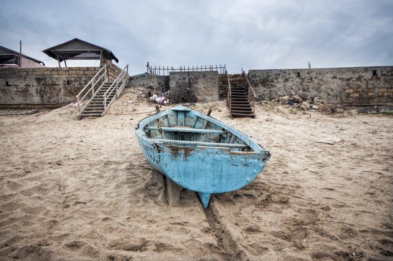 beau paysage de bateau sur la plage par temps nuageux bateau de vintage dans le bord de la mer. Black Bedroom Furniture Sets. Home Design Ideas