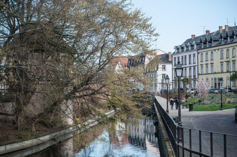 Beau paysage de canal avec la réflexion d'arbres à peu de Venise à Colmar photos libres de droits