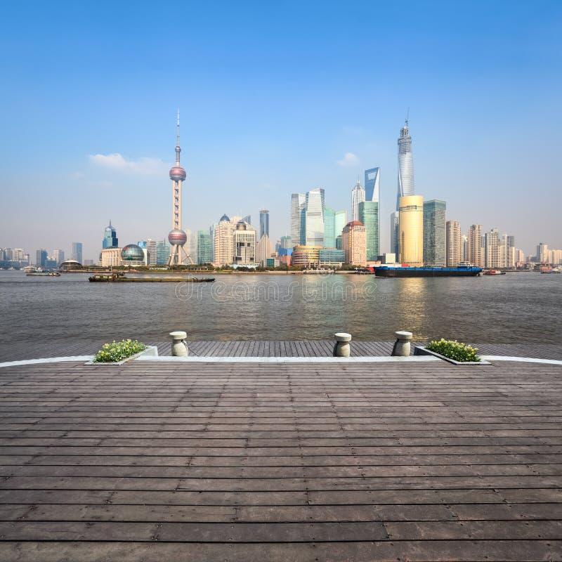 Beau paysage de Changhaï avec le plancher en bois photo stock