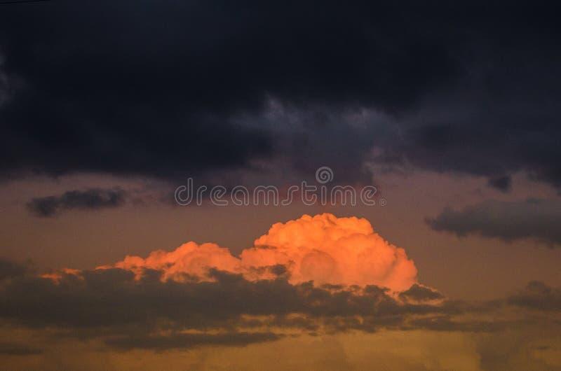 Beau paysage de coucher du soleil avec des nuages peints avec la lumière du soleil, paysage de coucher du soleil, fond avec beauc images stock