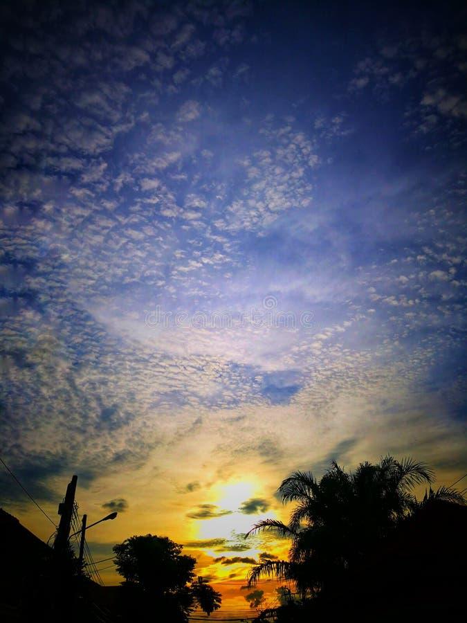 Beau paysage de coucher du soleil avec les nuages dispersés dans le ciel images stock