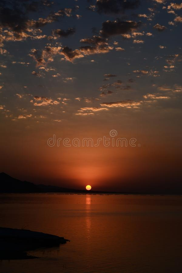Beau paysage de flambage de coucher du soleil en mer la Mer Caspienne et le ciel orange ci-dessus dans Mingecevir Azerbaïdjan photos libres de droits