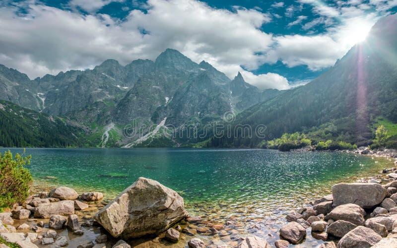 Beau paysage de l'oeil de mer de Morske Oko de lac un jour ensoleillé clair, Zakopane, Pologne, haut Tatras photographie stock libre de droits