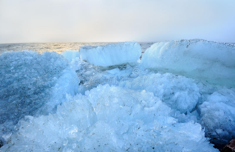 Beau paysage de la mer avec de la glace de blocaille photos stock