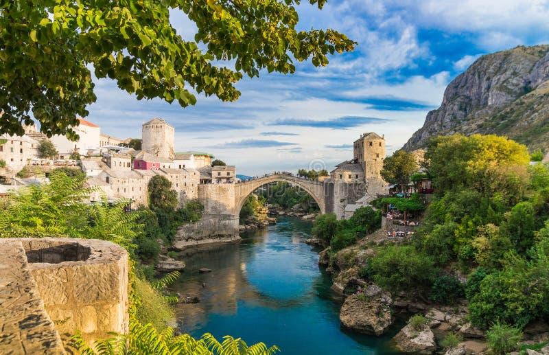 Beau paysage de la ville historique de Mostar, vallée de la rivière de Neretva images libres de droits