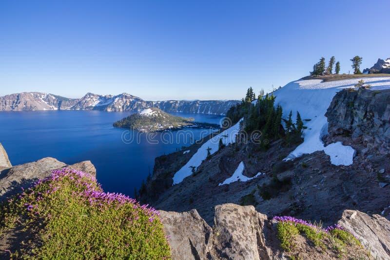 Beau paysage de lac crater et d'île de magicien en été comme vu de la jante du nord images libres de droits