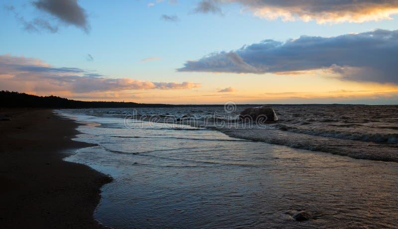 Beau paysage de mer après coucher du soleil images stock