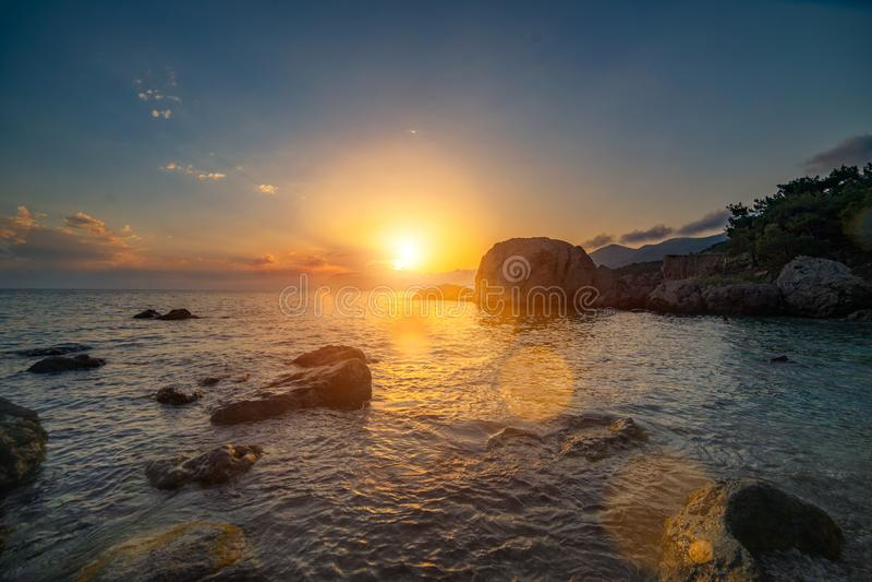 Beau paysage de mer au coucher du soleil Belle mer de coucher du soleil photographie stock libre de droits