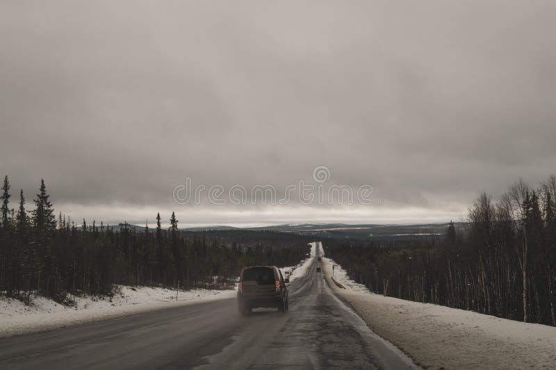 Beau paysage de montagne avec la longue chaussée Route d'hiver Conduite sur une route de montagne images libres de droits