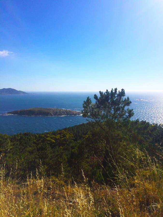Beau paysage de montagne avec la mer à l'arrière-plan photos stock